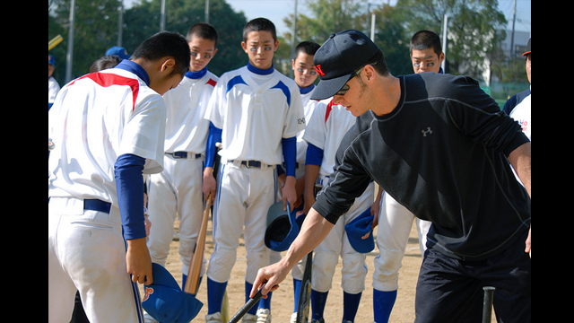 Orioles player Brady Anderson creates a game strategy with players at the Takarazuka clinic.