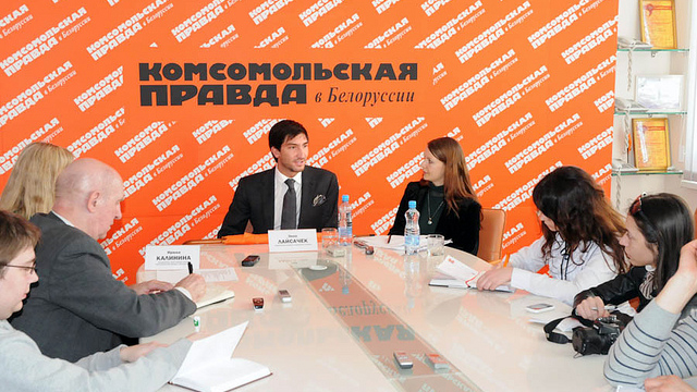 Evan Lysacek speaks to members of the Belarus press at a media conference.