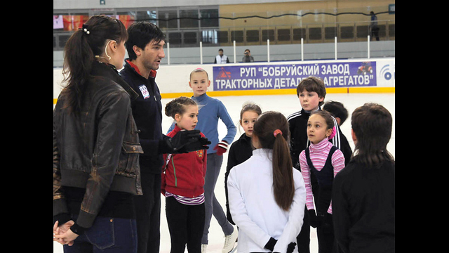 Evan Lysacek shares ice skating tips with clinic participants in Belarus.