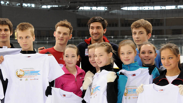 Evan Lysacek poses with young skaters after a clinic.