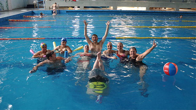 An American participant leads an adaptive aquatics training for Armenian swim instructors.