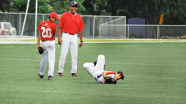Barry Larkin does catching drills with young Ecuadorians at a clinic in Guayaquil.