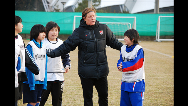 U.S. forward Abby Wambach organizes a match with the enthusiastic Japanese players.
