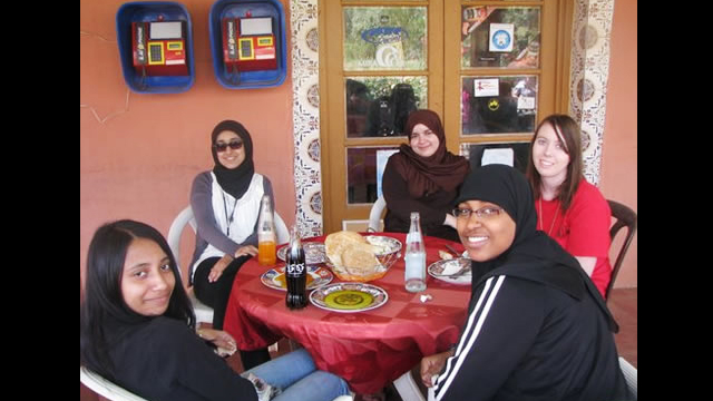 NSLI-Y scholars share a meal together.