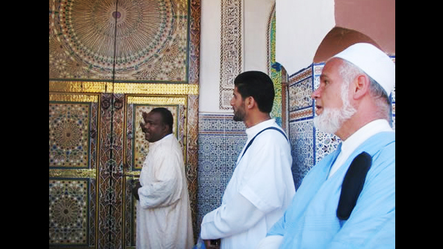 Moroccan man explains the traditional decorative Moroccan architecture to NSLI-Y scholars.