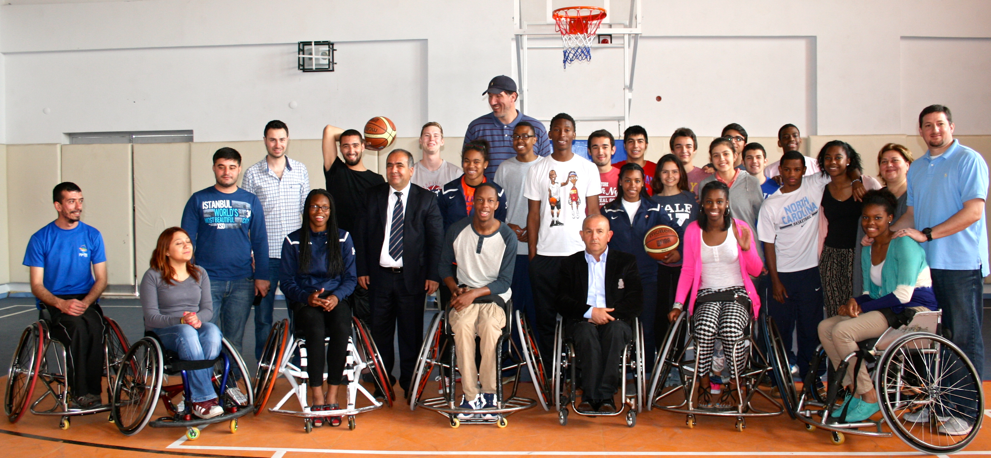 In Adana, the SportsUnited group practiced with and talked to basketball players with disabilities, with the goal of increasing the students' awareness of the challenges they face and their determination to overcome them