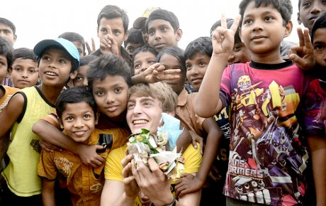 Filip posing with Bangladeshi children whle picking up garbage.