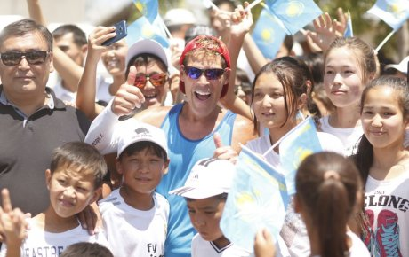 Dean Karnazes and group of kids smiling