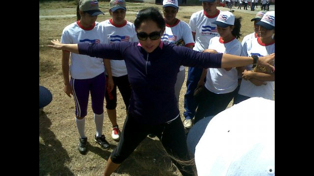 Ruby Rojas demonstrates warm-up techniques to a group of Nicaraguan softball players.