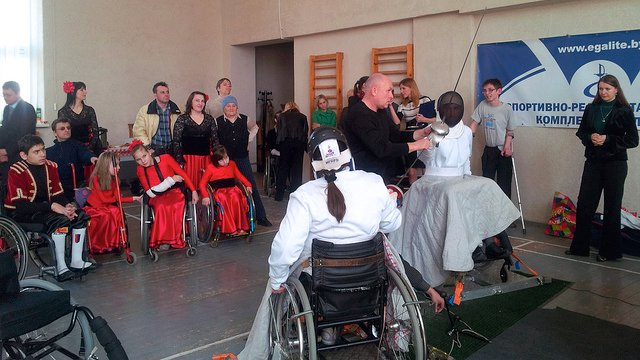 Evan Lysacek learns about wheelchair fencing at the sports rehabilitation center.