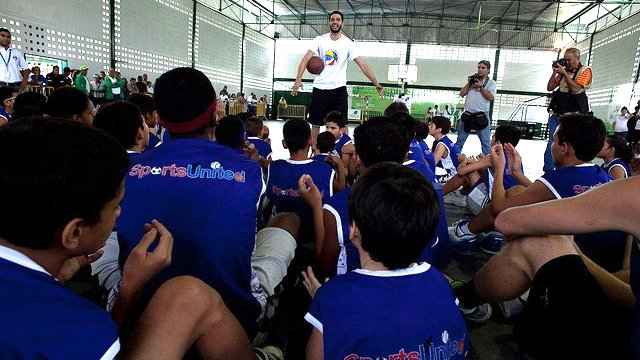 Not only does Greivis Vasquez provide a group of young Venezuelans with tips on basketball, he encourages them to put energy into academics.