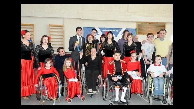 "Evan Lysacek visits the sports rehabilitation center ""Egalite,"" which promotes sports for people with disabilities."