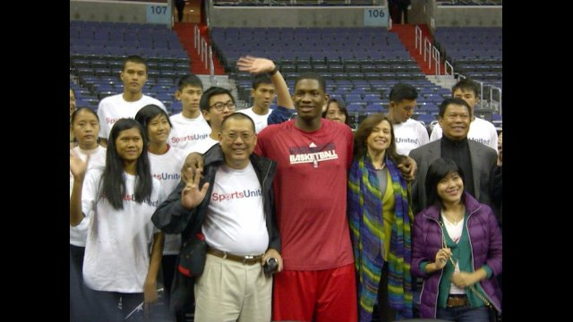 NBA Wizards player Kevin Seraphin joins for a picture with U.S. Department of State Bureau of Educational and Cultural Affairs Undersecretary Sonenshine, Ambassador Than Swe, and the basketball delegation from Burma.